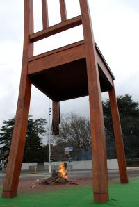 la silla rota de Ginebra contra las minas foto de Jared Bloch