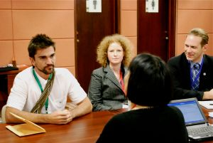 Juanes, un activista contra las minas antipersonal, escucha a la ex presidenta de la Convención sobre la Prohibición de las Minas Antipersonal, la embajadora Susan Eckey de Noruega durante la Cumbre de Cartagena - Foto de Laila Rodríguez