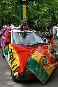 Flota de grupo boliviano que presentó bailes típicos en una de las fiestas de la ciudad