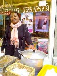 Senaida preparando los platos que vendía en Paquis