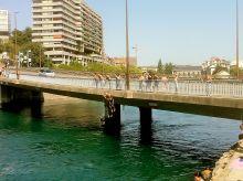 Saltando del puente de Seujet en Ginebra, aunque no es permitido muchos lo hacen