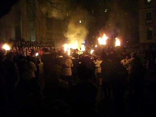 El cortejo histórico termina en el centro de la ciudad con cientos de personas celebrando una victoria ginebrina de 1602