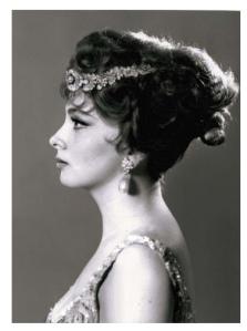 Gina Lollobrigida usando algunas de las joyas de Bulgari hechas en 1954 que subastó en Ginebra - Foto de Sotheby's