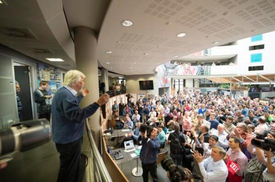 Foto del Director General del Cern celebrando con la prensa y empleados - Foto de Cern en Twitter