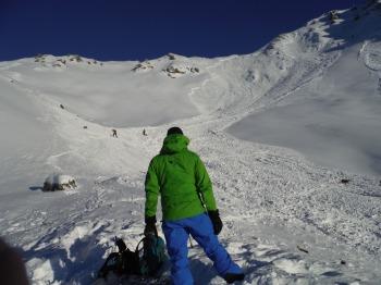 Policia del Valais en Suiza en la escena de una de las avalanchas