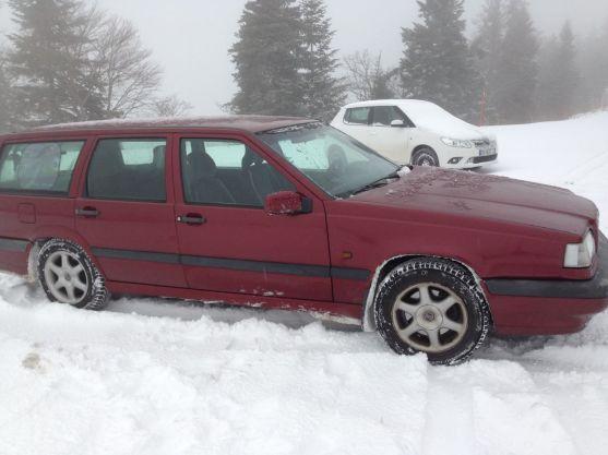 Auto Volvo con llantas de nieve y cadenas en los Alpes suizos