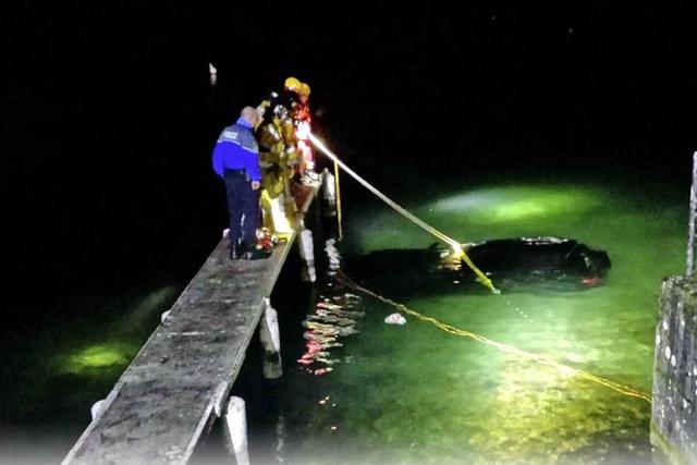 Auto rescatado de las aguas del Lago de Ginebra. Foto de prensa de Lionel Gallet/Garde-frontières Genève