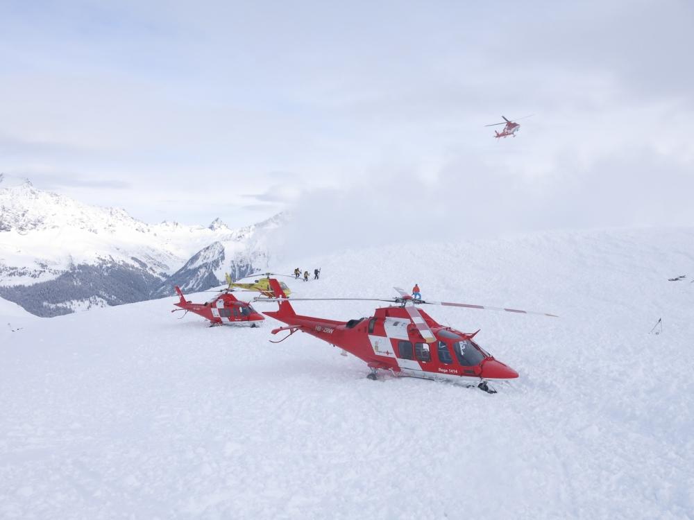 Avalanche in Graubunden en Suiza helicóptero de rescate de RIGA, Foto de la policía cantonal