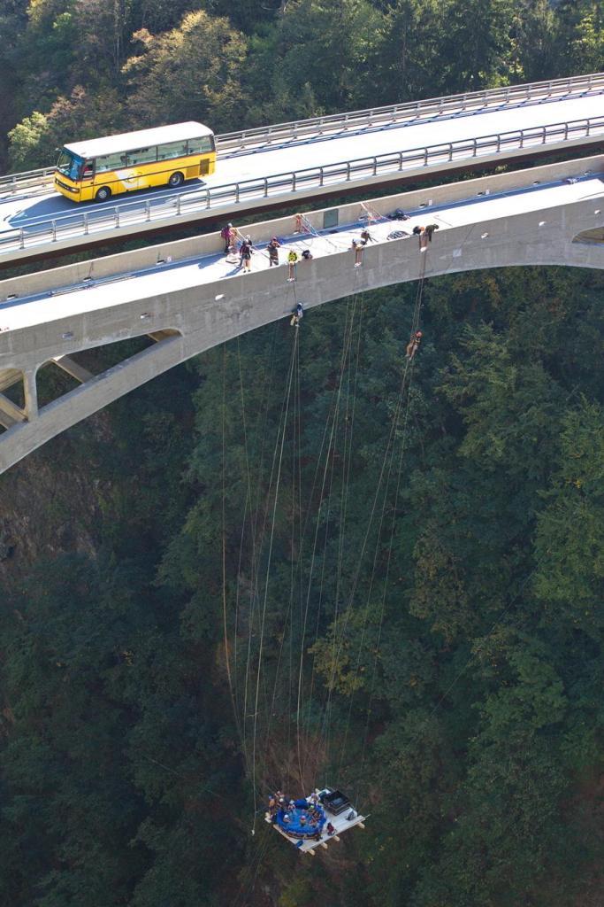 Construction d'un jaccuzzi suspendu, 50 m sous le pont