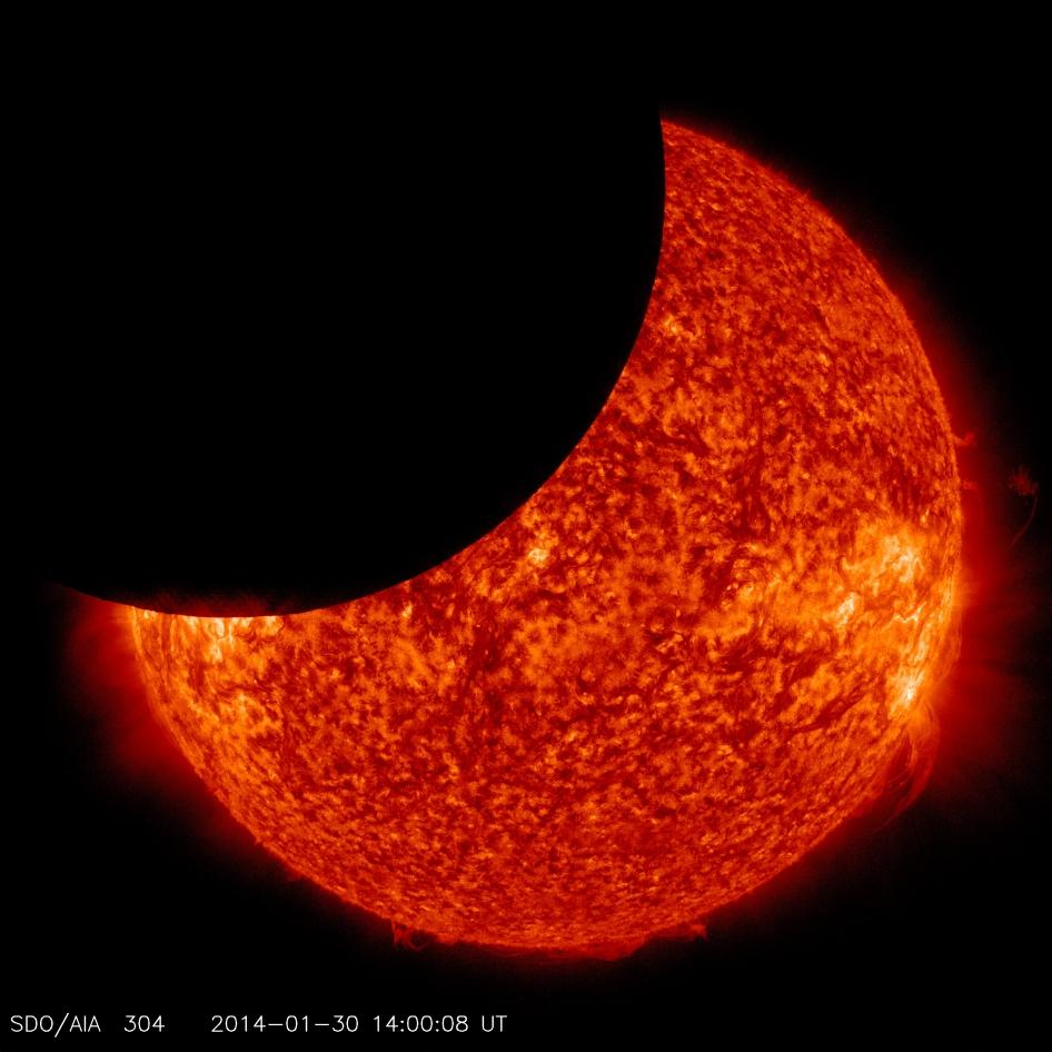 Tránsito lunar sobre el sol de enero 2014 de Nasa