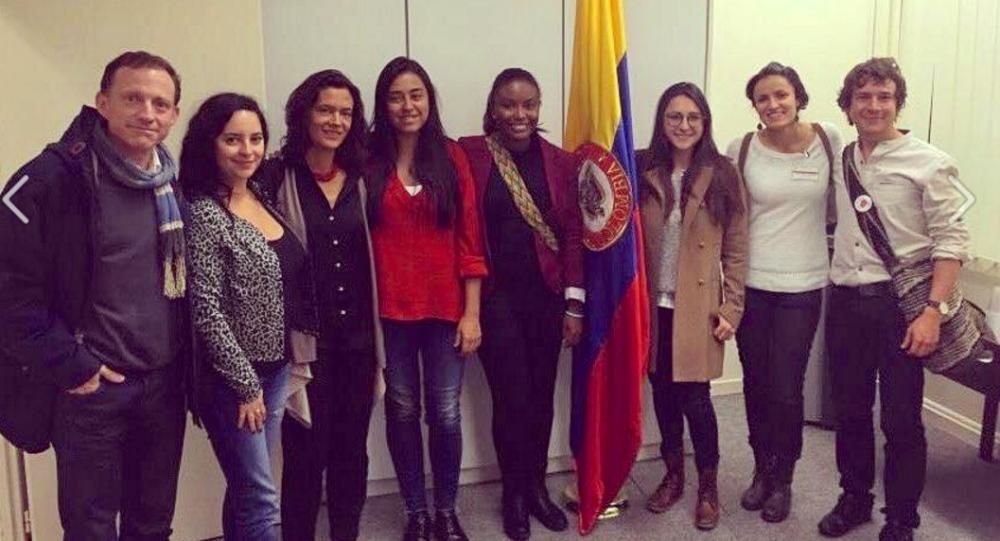 Foto del jurado de votación en Ginebra, Suiza, encargado de salvaguardar el proceso electoral del Plebiscito del 2 de octubre en Colombia.
