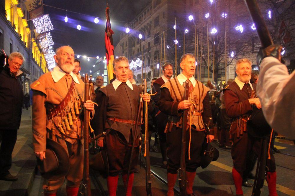 Desfile histórico de la Escalade en Ginebra Suiza con la participación de miles de ginebrinos